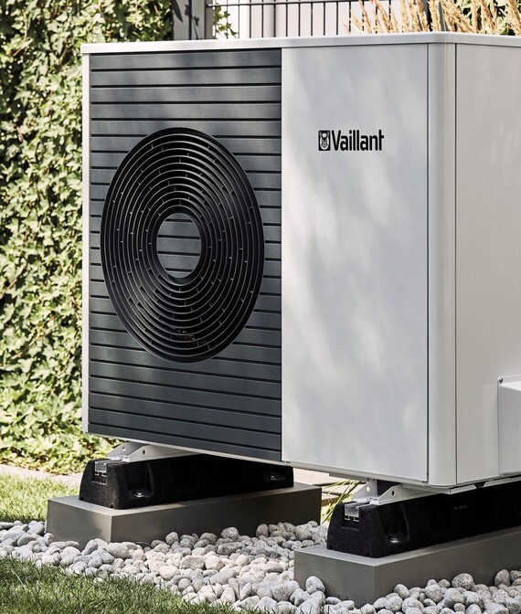 //www.vaillant.dk/media-master/global-media/vaillant/product-pictures/outdoor-shooting-arotherm-2018-v2/people18-45614-01-1441365-format-5-6@570@desktop.jpg